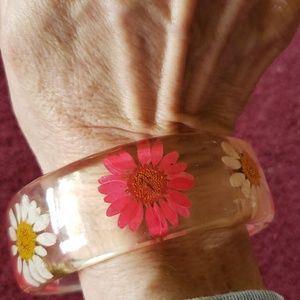 Jewelry - Vintage rare lucite bangle with embedded flowers